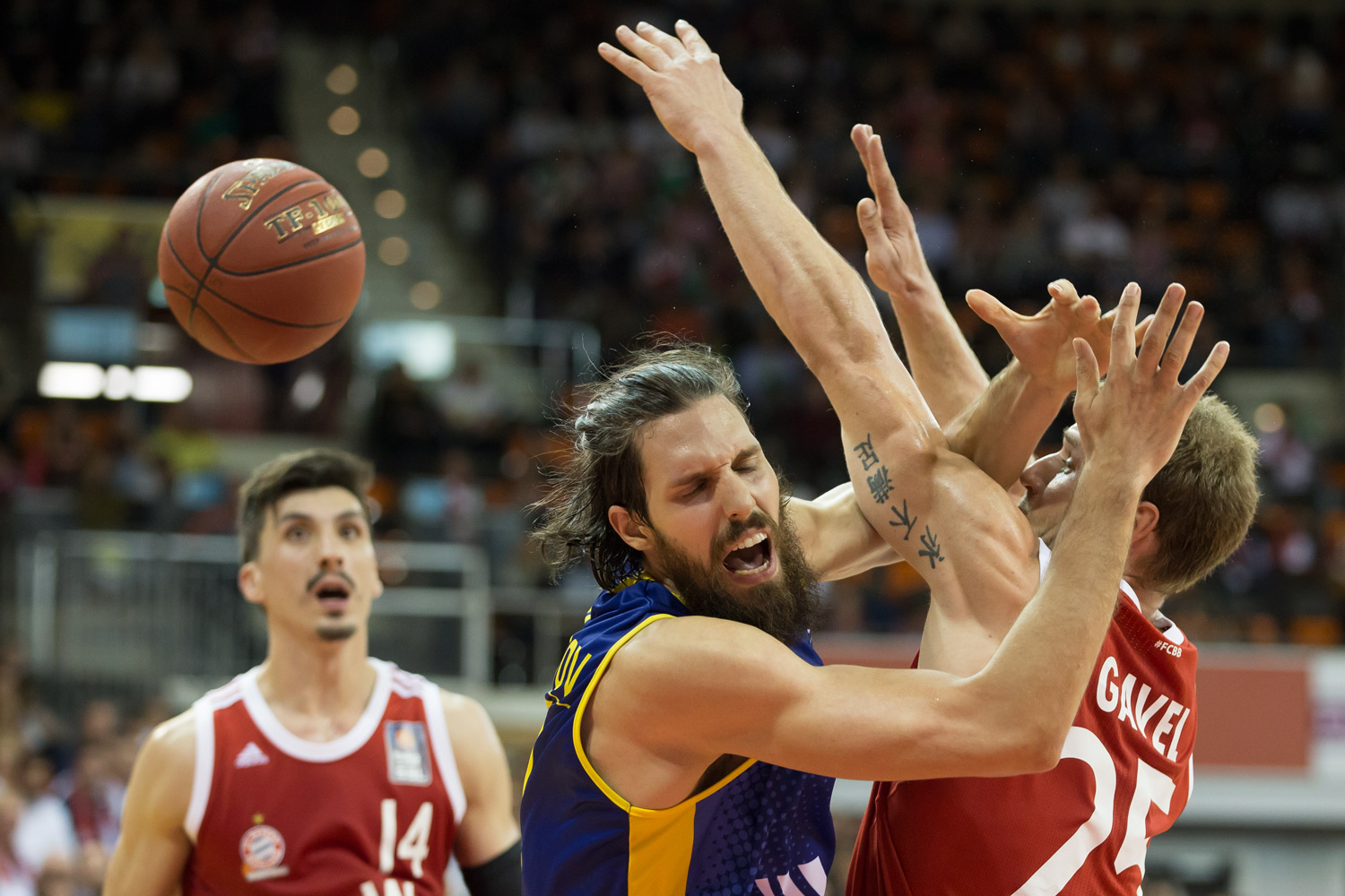Basketball, Sport, sports, Zweikampf, hustle, hustling, easyCredit BBL, easyCredit Basketball Bundesliga, FC Bayern München, EWE Baskets Oldenburg, Audi Dome München, Spieler, Player