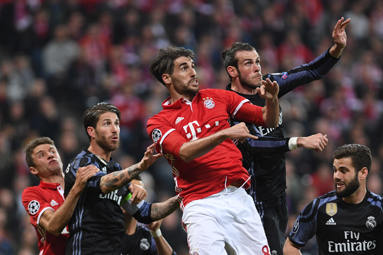 Fussball, Fußball, Soccer, Sport, sports, Kampf, Kopfball, Vorbereitung, Torchance, UEFA Champions League, FC Bayern München, Real Madrid, Spieler, Player, Kopfballduell