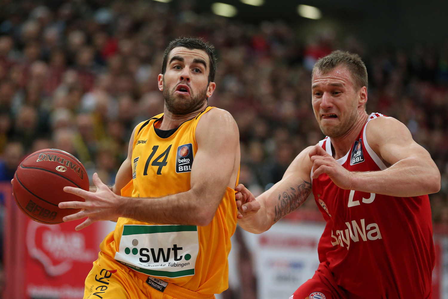 Basketball, Sport, sports, Zweikampf, Action, Aktion, easyCredit BBL, easyCredit Basketball Bundesliga, Walter Tigers Tübingen, FC Bayern München, Spieler, Player