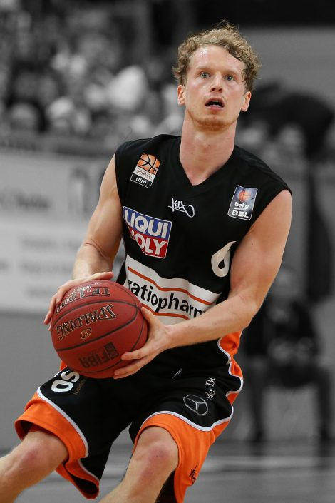 Basketball, Sport, sports, Einzelaktion, mit dem Ball, dribbelt, Action, Aktion, Wurf, Shot, shooting, easyCredit BBL, easyCredit Basketball Bundesliga, Spieler, Player, konzentriert, fokusiert, Nationalspieler, ratiopharm Ulm