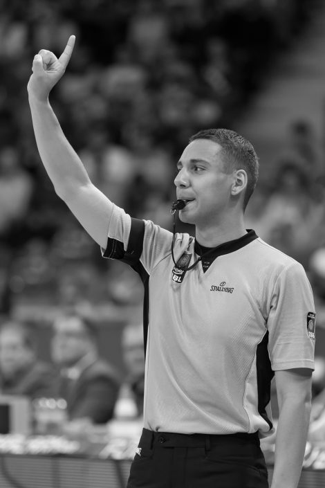 Basketball, Sport, sports, Referee, easyCredit BBL, easyCredit Basketball Bundesliga, Pfiff, Zeigefinger, Stop, Unterbrechung
