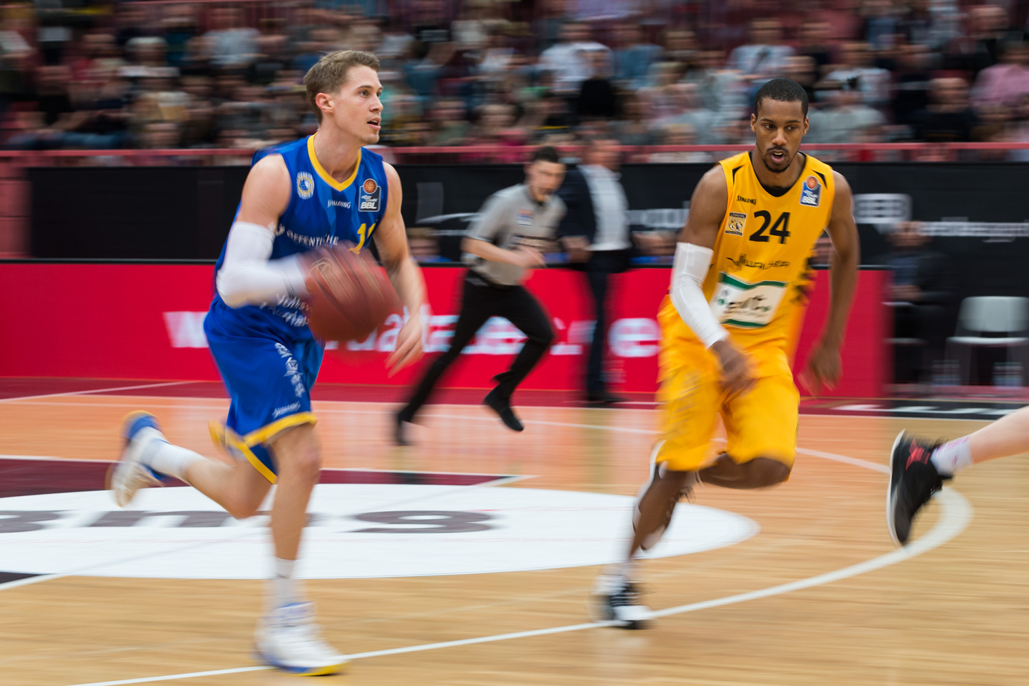 Basketball, Sport, sports, Mitzieher, Panning Shot, Panning, Einzelaktion, mit dem Ball, dribbelt, Walter Tigers Tübingen, Eisbären Bremerhaven, easyCredit BBL, easyCredit Basketball Bundesliga, Action, Aktion, Spieler, Player